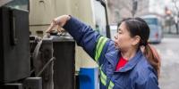 爱申活 暖心春|清扫车女驾驶员:20年与车为伴 路面干净了就有成就感 - Sh.Eastday.Com
