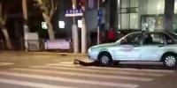图说:男子躺在地上被出租车碾压 来源/网友供图 - 新浪上海