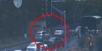 """图说:警车带着熊先生的车""""逆向""""进入医院 监控截图 - 新浪上海"""
