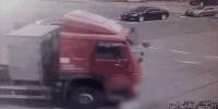 金山大道一货车加速转弯 女子被压身亡 - 新浪上海