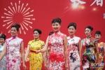 """""""嘿!我们与新中国同龄"""" 申城10对幸福伉俪上演婚纱秀 - 上海女性"""