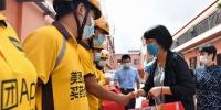 黄红慰问一线送餐员及项目建设者 希望服务城市的他们能感受城市温度 - 总工会