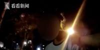梦游?女子半夜闭眼走在路中 警察拍肩呼唤也没醒 - News.Online.Sh.Cn